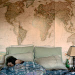 Фотообои старинные карты мира в интерьере