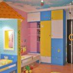 Зонирование пространства в детской комнате обоями
