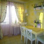 Желтые и светлые обои для маленькой кухни