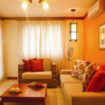 Оранжевые обои в гостиной фото в интерьере