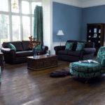 Тёмная мебель в гостиной и обои